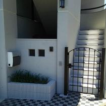 経年劣化した門扉をファンデーション塗装で美しく再生