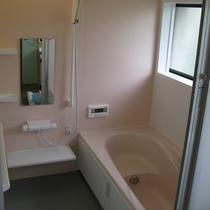 床を滑りにくい素材にして高齢者が利用しやすいお風呂にリフォーム