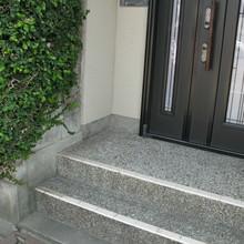 松山市:玄関先の階段に歩行補助のための手すりを設置