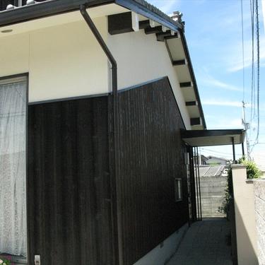 松山市:焼き杉を新たに塗装し外壁をリフォーム